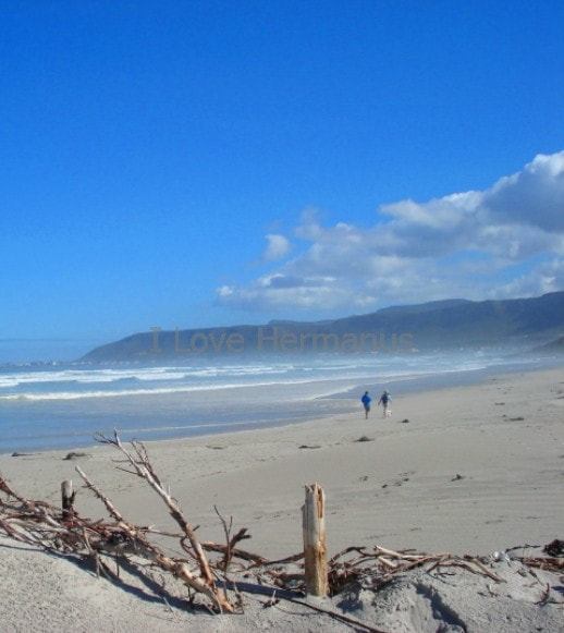 Huge open beaches and mighty coastal mountains of Hermanus, near Cape Town, South Africa